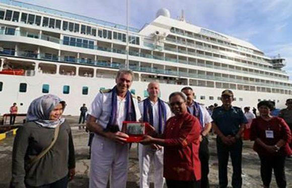 Kapal Pesiar Mewah MV Seabourn Sojourn Singgahi Ambon