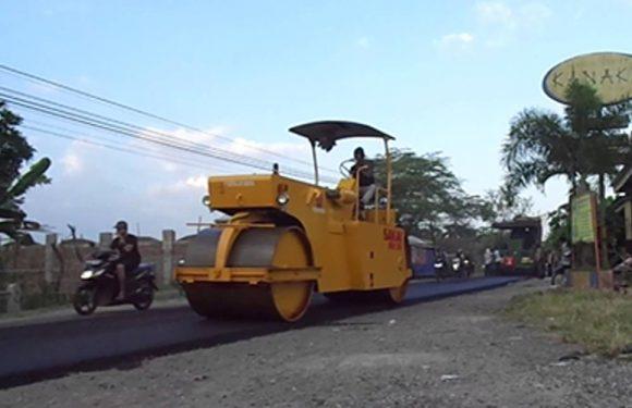 Besok Malam, PUPR Perbaiki Jalan Rusak di Kebun Cengkeh