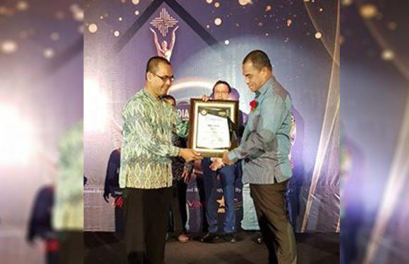 Latupono Raih Award Pemimpin Inspiratif Dari 7 Sky Media