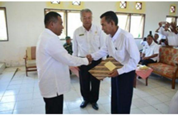 Bupati Buru Serahkan SK Camat Waeapo.