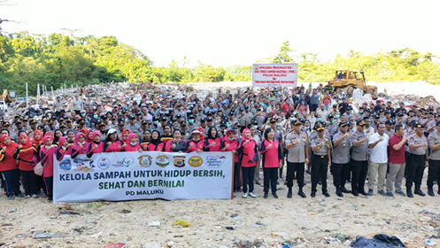Polda Maluku & Pemulung Sampah Peringati HPSN di TPA Toisapu