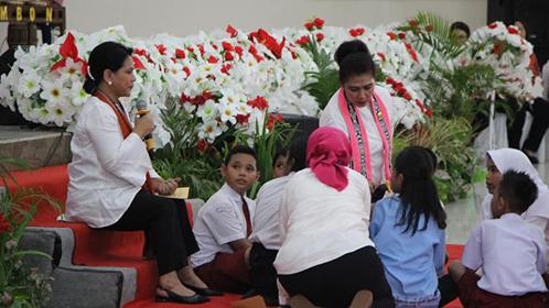 """Dihadapan 1000 Pelajar, Iriana Jokowi Perankan """"Penjual Narkoba"""""""