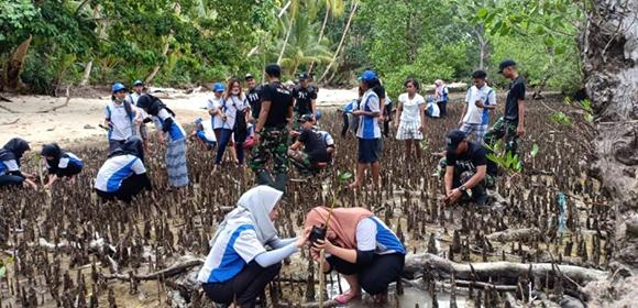 Cegah Erosi, Satgas 711-Mahasiswa Unpatti Tanam Mangrove