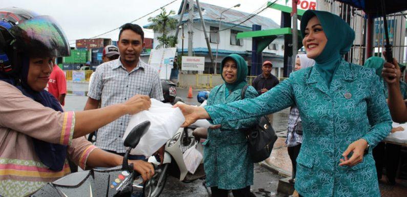 Ketua TP-PKK Maluku Bagi Ta'jil ke Masyarakat