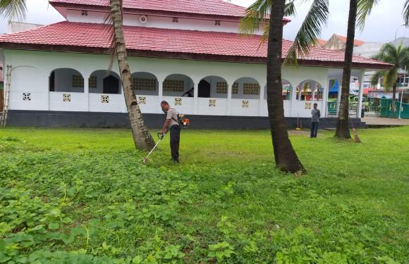 Polsek Baguala & Warga Bersihkan Masjid di Passo
