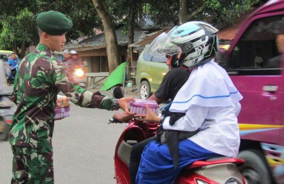 Peduli Sesama, Satgas Yonif RK 136/TS Bagi Takjil ke Warga
