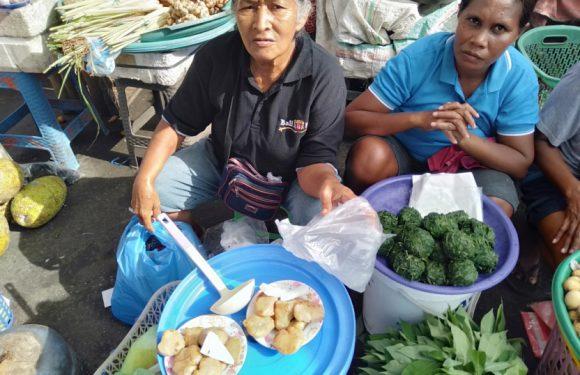 Mama-Mama Papalele, Penjual Gayang Rebus (Melestarikan Diversifikasi Pangan Lokal Maluku)