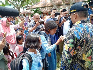 Siswa/i Korban Gempa Senang Dapat Bantuan Dari Mendikbud